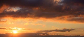 Красивый заход солнца на небе Солнце золота облегчает облака Солнце на левой стороне Стоковое Фото