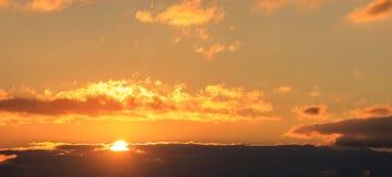 Красивый заход солнца на небе Солнце золота облегчает облака Солнце на левой стороне Стоковая Фотография