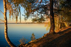 Красивый заход солнца на озере города Стоковые Изображения