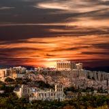 Красивый заход солнца на Парфеноне, акрополе Афин, каникул внутри Стоковое Фото