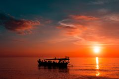 Красивый заход солнца на пляже захода солнца с кораблем Стоковая Фотография