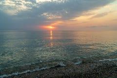 Красивый заход солнца на пляже и море стоковые изображения rf