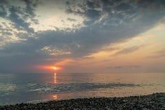 Красивый заход солнца на пляже и море стоковые изображения