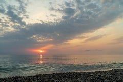Красивый заход солнца на пляже и море стоковое фото rf