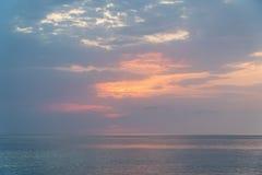 Красивый заход солнца на пляже и море стоковые фотографии rf