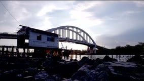 Красивый заход солнца на реке около деревни рыболова сток-видео