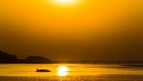 Красивый заход солнца на реке Brahmaputra, Индии стоковое изображение rf