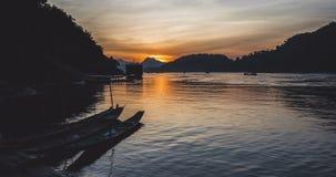 Красивый заход солнца на timelapse Меконга акции видеоматериалы