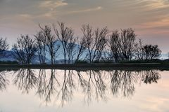 Красивый заход солнца озером с отражением Стоковое Фото
