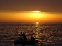 Красивый заход солнца океана с silhouttes стоковые изображения