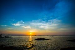 Красивый заход солнца с аурой на пляже Стоковое Изображение RF