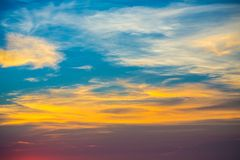 Красивый заход солнца с аурой на пляже Стоковые Изображения
