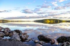 Красивый заход солнца с отражением в воде Стоковые Изображения