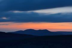 Красивый заход солнца в горах с запачканным небом Стоковое Изображение RF