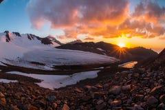 Красивый заход солнца в горах Тянь-Шань, южном Казахстане Стоковое Изображение RF