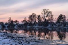Красивый заход солнца в зиме в деревне Стоковое Изображение