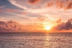 Красивый заход солнца в Мальдивах Стоковые Изображения RF