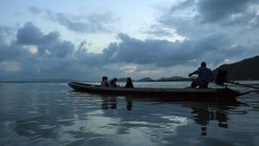 Красивый заход солнца в озере Таиланде songkhla видеоматериал
