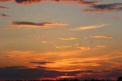 Красивый заход солнца в поле Стоковые Изображения