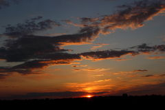 Красивый заход солнца в поле Стоковое фото RF