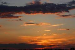 Красивый заход солнца в поле Стоковое Изображение