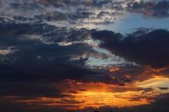 Красивый заход солнца в поле Стоковые Фото