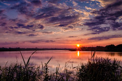 Красивый заход солнца лета на озере Стоковая Фотография RF