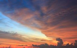 Красивый заход солнца или небо восхода солнца с облаками стоковое фото rf