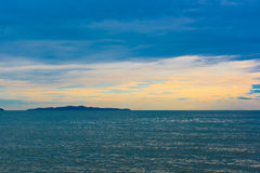 Красивый заход солнца и небо моря, совершенное небо и вода Стоковое Изображение RF