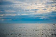 Красивый заход солнца и небо моря, совершенное небо и вода Стоковые Фото