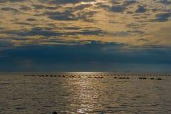 Красивый заход солнца и небо моря, совершенное небо и вода Стоковые Изображения RF
