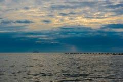 Красивый заход солнца и небо моря, совершенное небо и вода Стоковое Фото