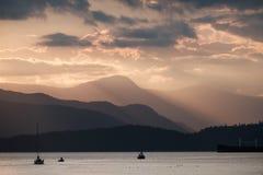 Красивый заход солнца над горами и океаном стоковые изображения rf