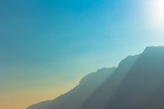 Красивый заход солнца на горах Стоковые Изображения RF