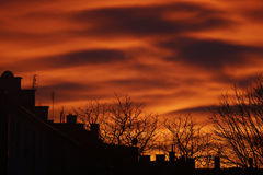 Красивый заход солнца над крышами Стоковые Фото