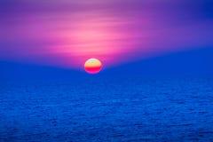 Красивый заход солнца над морем, взгляд от пляжа кругло Стоковое Изображение RF
