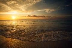 Красивый заход солнца над морем в Gili Trawangan, северном Lombok, Индонезии, Азии Стоковые Фотографии RF