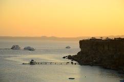 Красивый заход солнца над морем с чистым небом Стоковое фото RF