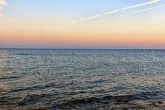 Красивый заход солнца над морем с чистым небом Стоковая Фотография