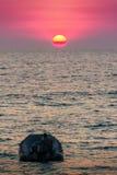 Красивый заход солнца на море с апельсином, кругом и ярким солнцем дальше Стоковое Изображение RF