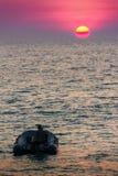 Красивый заход солнца на море с апельсином, кругом и ярким солнцем дальше Стоковое фото RF