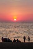 Красивый заход солнца на море с апельсином, кругом и ярким солнцем дальше Стоковые Фотографии RF