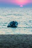 Красивый заход солнца на море с апельсином, кругом и ярким солнцем дальше Стоковое Фото