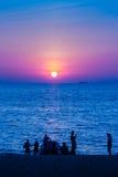 Красивый заход солнца на море с апельсином, кругом и ярким солнцем дальше Стоковые Изображения RF