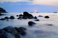 Красивый заход солнца на море Andaman, Таиланде Стоковые Изображения RF