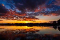 Красивый заход солнца на озере в Швеции Стоковое Фото