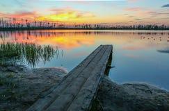 красивый заход солнца на озере с платформой Стоковая Фотография RF