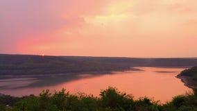 Красивый заход солнца над озером на резервуаре Khong животиков бегства видеоматериал