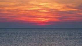 Красивый заход солнца над открытым морем сток-видео