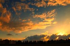 Красивый заход солнца на пасмурный день Стоковые Фото